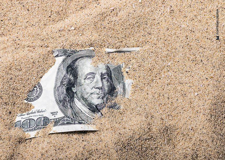 100 долларов в песке